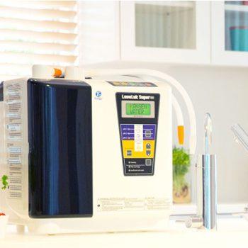 máy kangen leveluk super 501 đặt trong phòng ăn